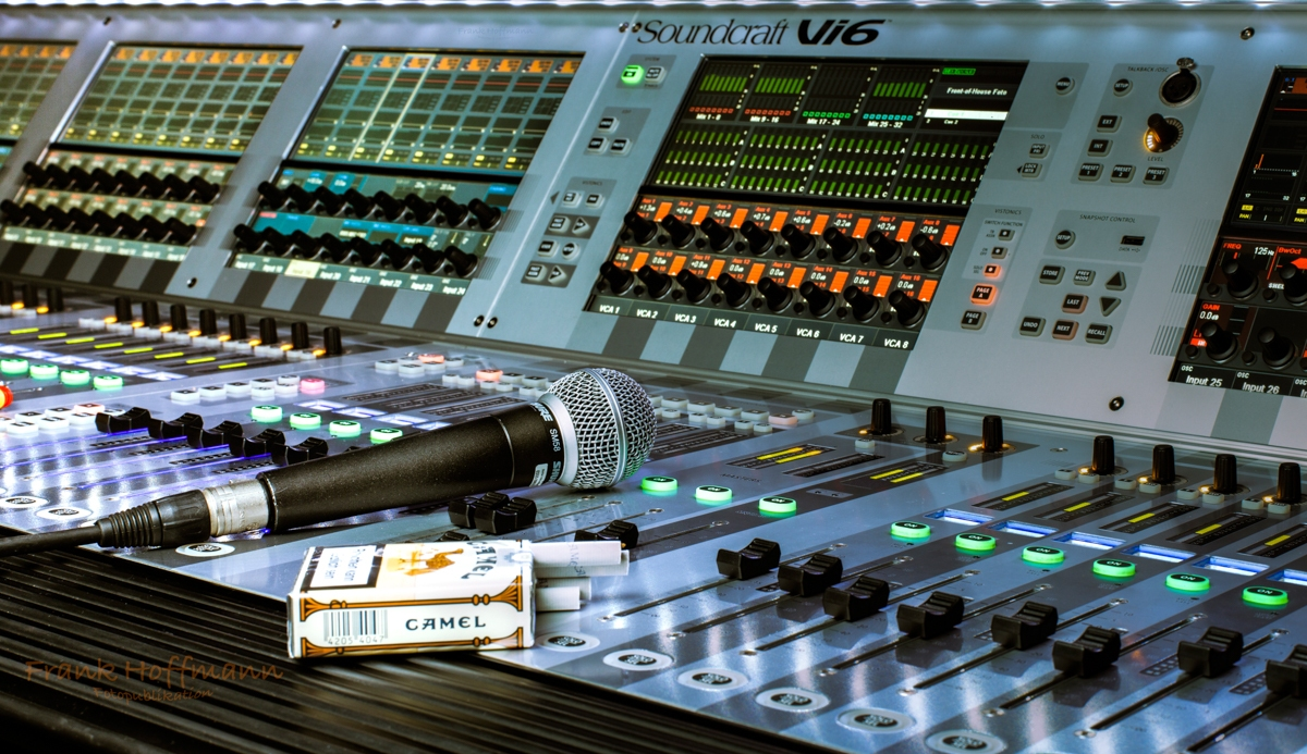 Stillife eines Soundcraft VI6 mit Professioneller Ausleuchtung und Mehrfachbelichtung.