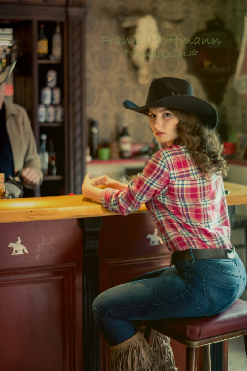 Carolin im Western Saloon Porträt Shooting in NRW.