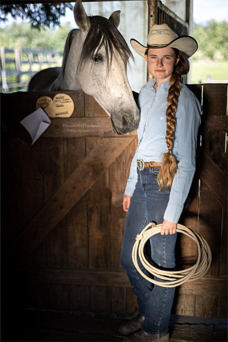 Cowgirl Shirleen im Abenlicht.