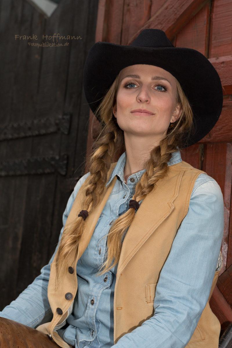 Blaue Augen Cowboyhut und Zöpfe.