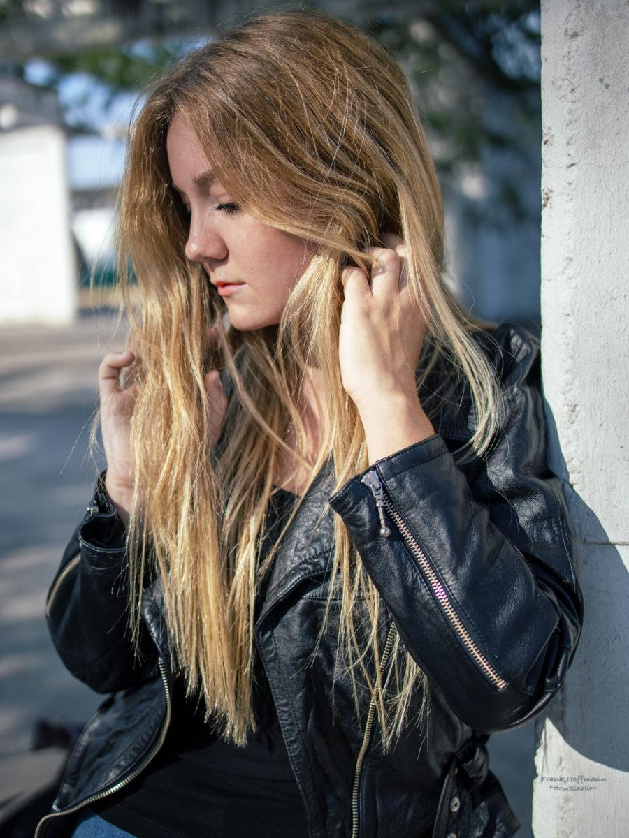 Natürliches Porträt von Maralena. Bevor Sie die heimische Region verliess, konnte ich noch kurzfristig einen Termin sichern. Tolle Bildstrecke. #blond #leatherjacket #redlipps #blueeyes #coolness