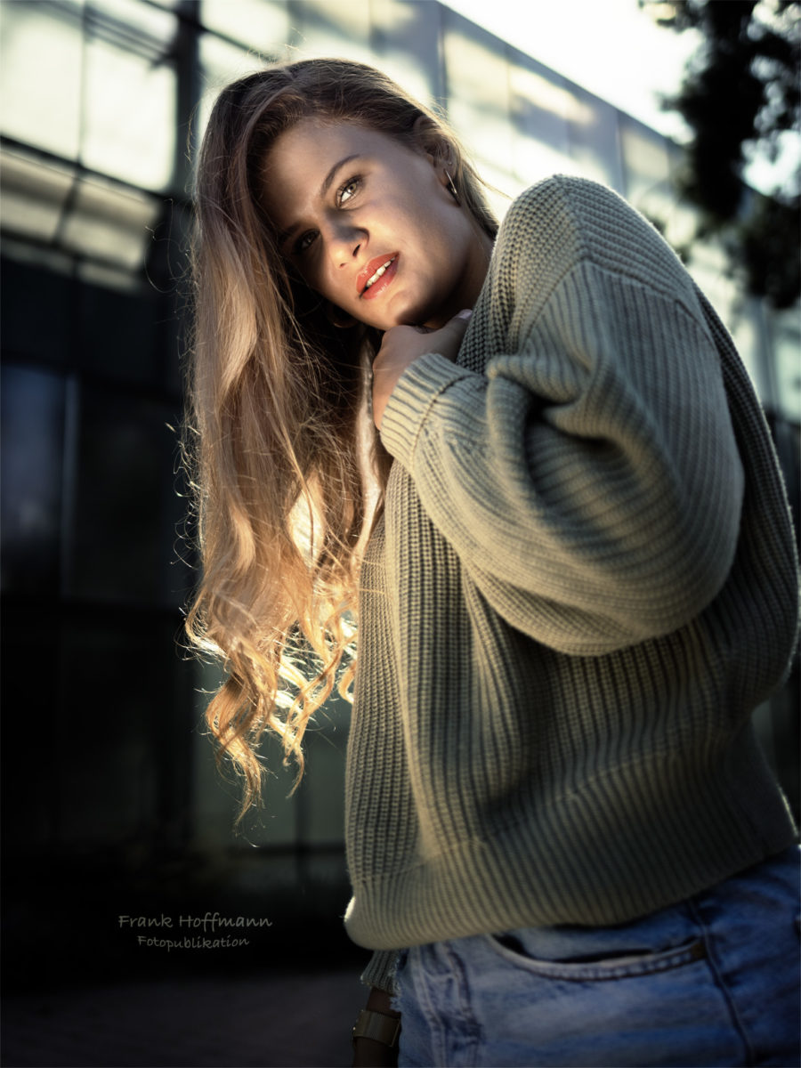 Natürlich wirkende Gegenlichtaufnahme von Svenja im Porträt. #natural #beauty #schöne #schönheit #jeans #deinporträt Portrait und Retuschearbeiten in Duisburg.