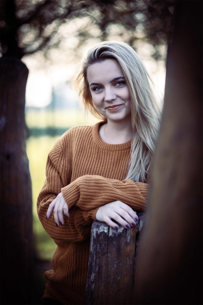 #Schöne #Herbstfarben und langes Haar. Johanna im  natürlich wirkenden Portrait. #blueeyes #ocker #pullover #woodspeaker #smile Portrait und Retuschearbeiten in Duisburg.