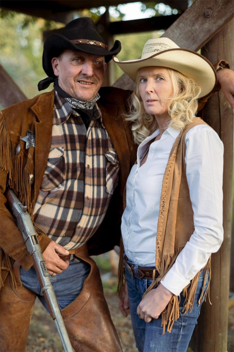 Sehr Cooles Western Paar Porträt an einem schönen Abend.