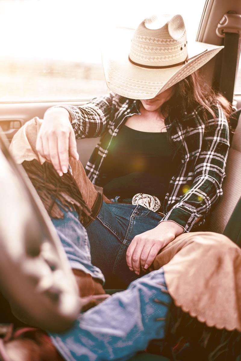 Jaqueline im Western- Style Portrait. Cowgirl im Nissan Pick up.